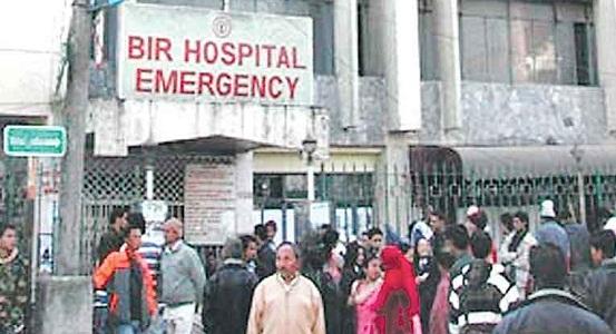 सरकार र चिकित्सकको गैरजिम्मेवारीपनले सरकारी अस्पताल लथालिङ्ग, विरामी मारमा