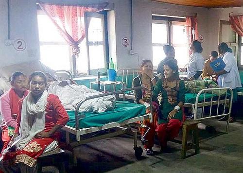 जिल्ला अस्पताल डोल्पामा बेड अभाव, भुइँमै राखेर बिरामीको उपचार