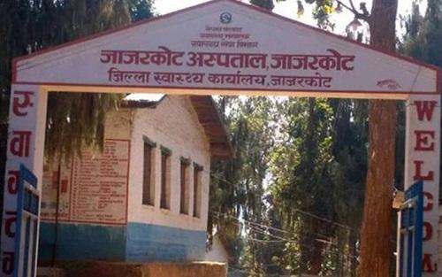 नाम मात्रको जिल्ला अस्पतालः न एक्सरे न, एम्बुलेन्स,बिरामीलाई सास्ती