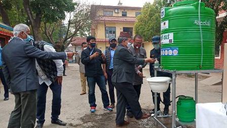 उपत्यकाभित्र ५० र सिरहाका २५ ठाउँमा धारालाई नछोई हात धुन सकिने स्टेसन स्थापना, ललितपुर प्रहरी परिसरबाट सुभारम्भ